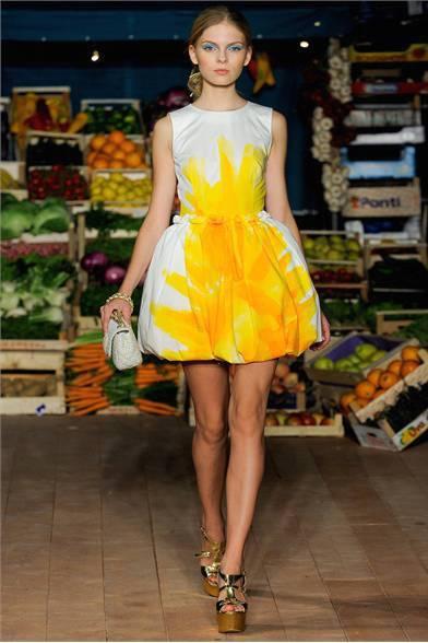 abito-con-fiore-giallo-moschino
