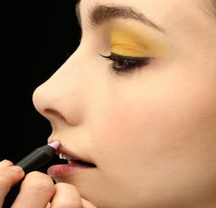 simple-eye-makeup-with-yellow-eye-shadow-L-_NtAaQ
