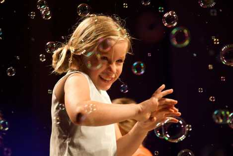 A-Bubble-attack-for-the-finale-at-the-Il-Gufo-spring-2014-kids-fashion-show-in-Florence-proved-great-fun-for-all-concerned.