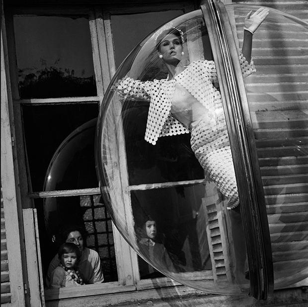 melvin-sokolsky-faces-in-window-simone-daillencourt-paris-1963