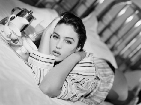 Monica-Bellucci-Lying-on-Bed-600x450