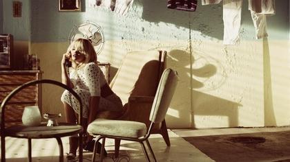 women rihanna sunlight singers chairs fashion photography fans telephone 1600x900 wallpaper_www.vehiclehi.com_80